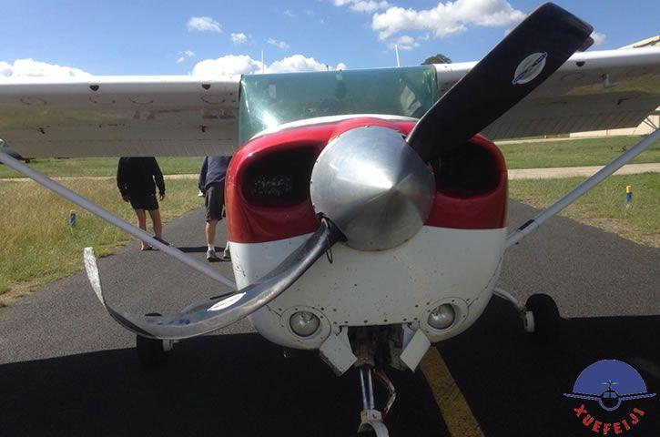 飞机出现事故螺旋桨撞..